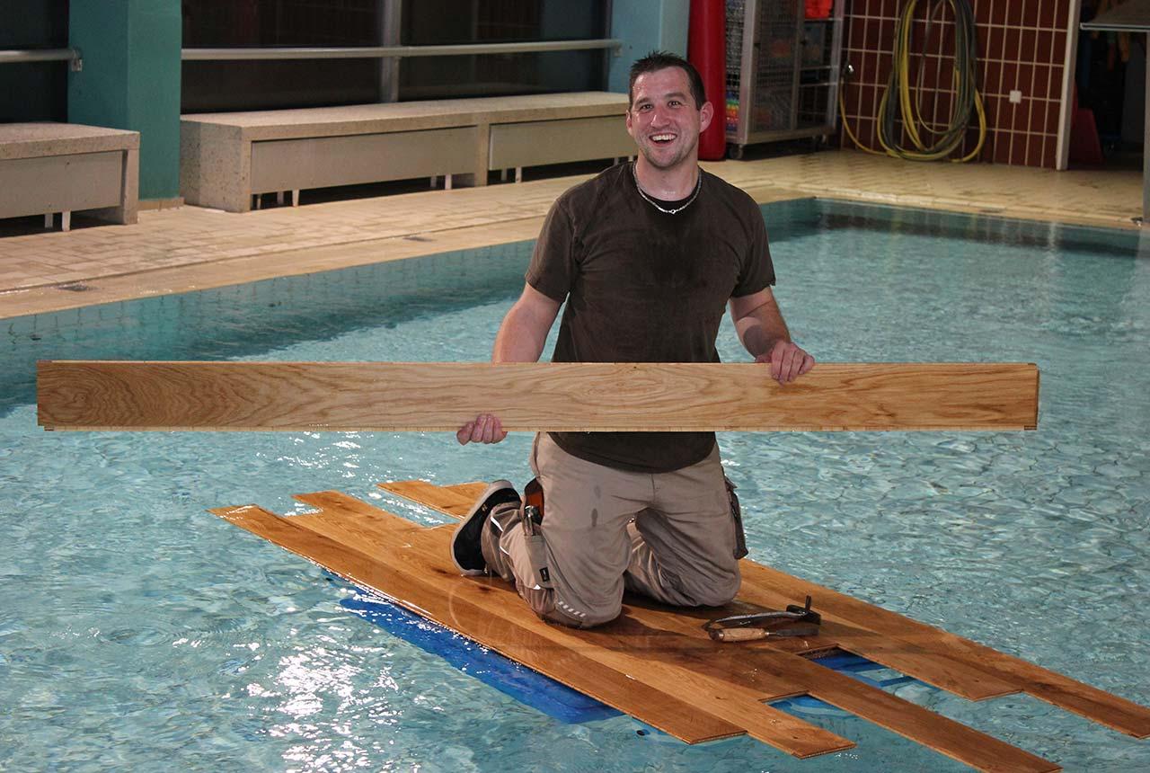 Andreas Goedicke simuliert eine Parkettverlegung im Becken des Pattenser Schwimmbades