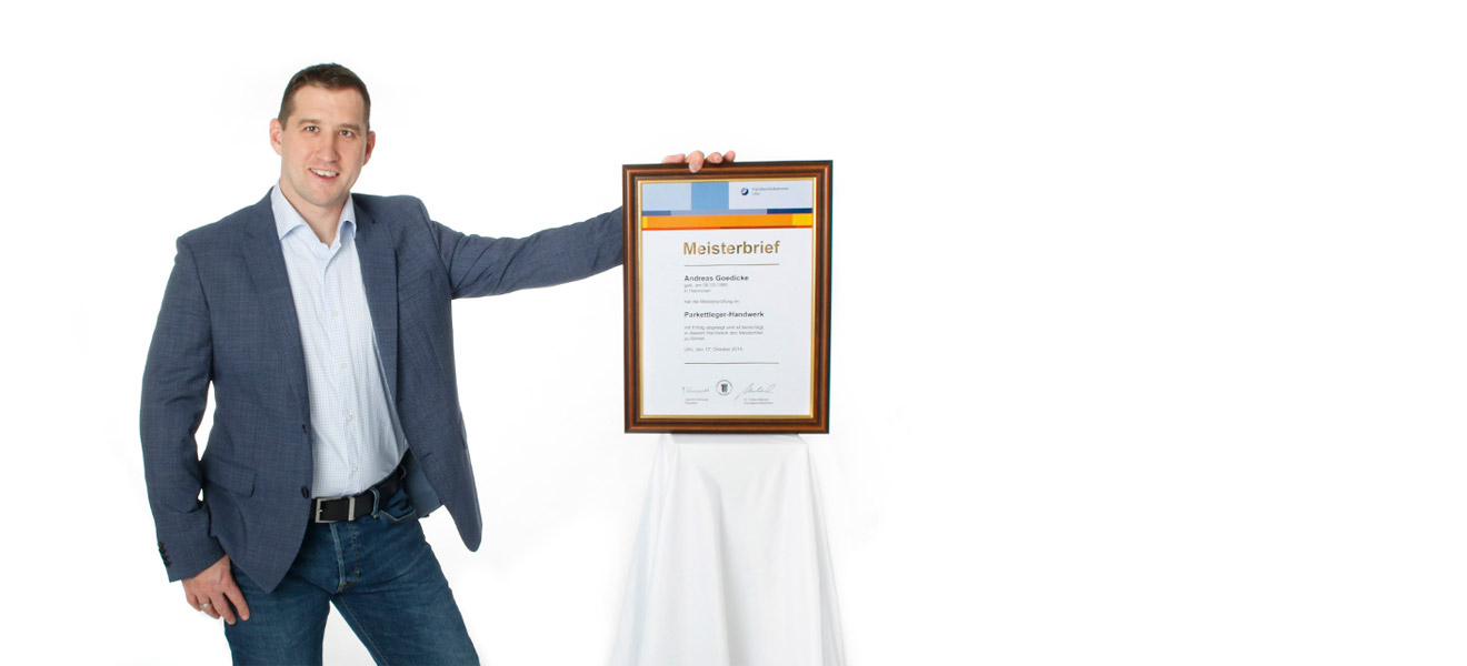 Andreas Goedicke, Parkettlegermeister Frontalaufnahme in Anzug gekleidet mit Meisterbrief